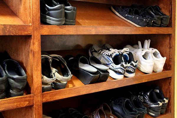 http://people.carleton.edu/~cborn/omeka/Phat-An_Temple/PA_Shoes.jpg